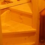 Винтовая деревянная лестница из сосны
