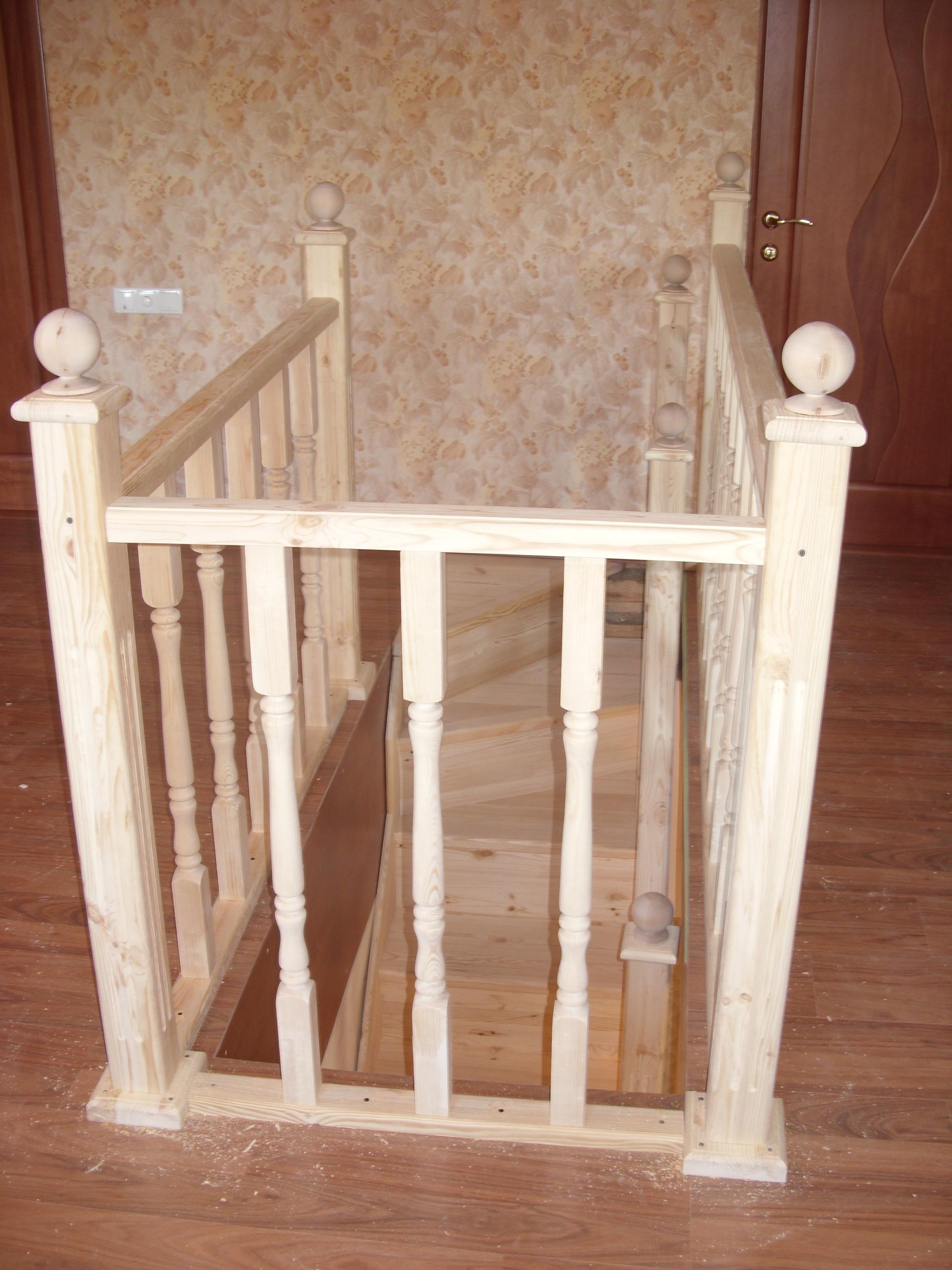 Деревянная лестница из сосны с боковым спуском