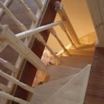 Угловая деревянная лестница с забежными ступенями