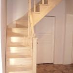 Угловая деревянная лестница из сосны над дверью