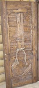 Дверной блок из брашированного дерева.
