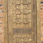 Деревянный дверной блок из состаренного дерева.