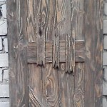 Дверь из брашированного дерева.
