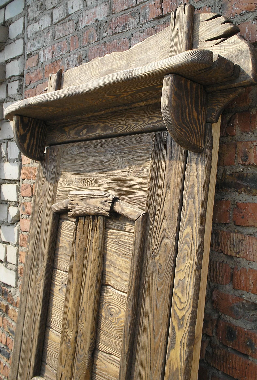 Элемент наличника. Деревянный, брашированный.