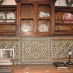Элемент кухни – стенка с изразцами из дерева