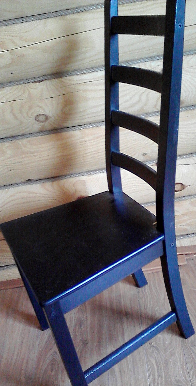 Стул деревянный глубокого пурпурно-синего цвета